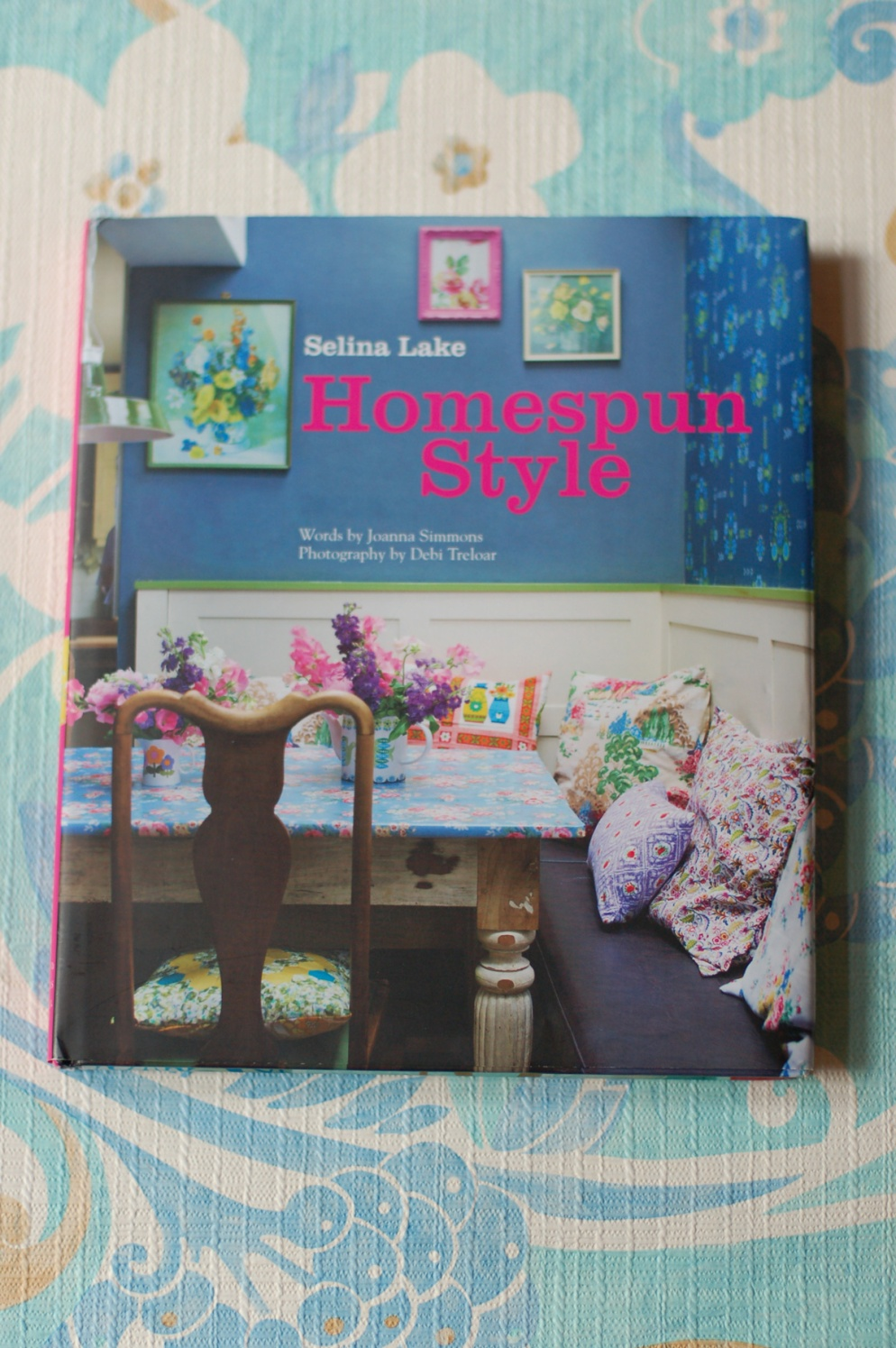 cover of the interior design book Homespun Style by Selina lake and Debi Treloar